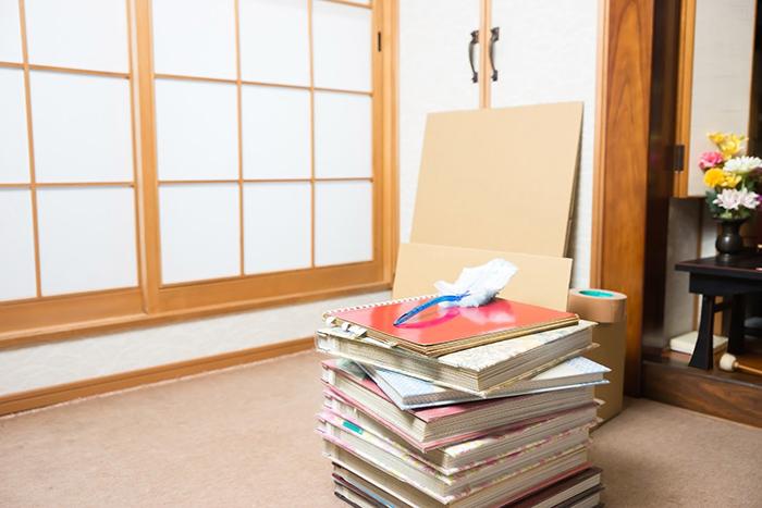 仏壇の前に重ねられた10冊ほどのアルバム