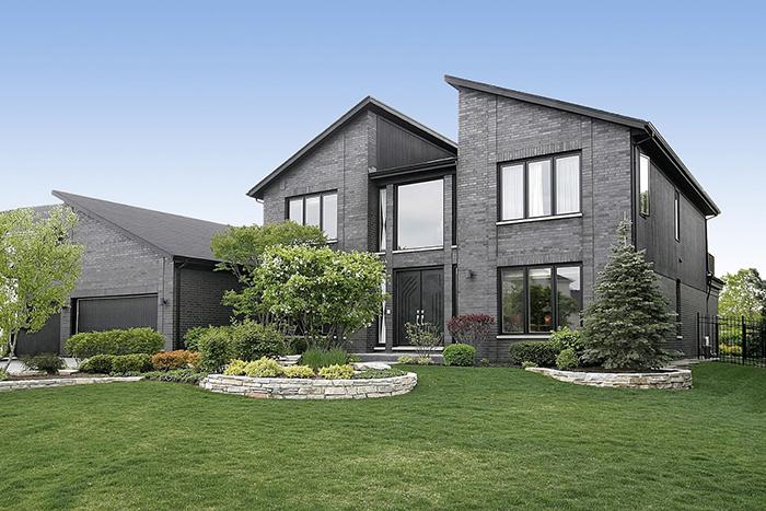 庭の手入れが行き届いている大きな家