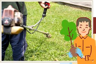庭の草を刈る職人